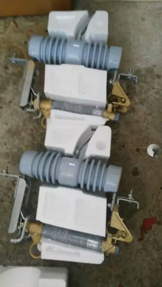 跌落原理:熔断器靠安装板固定在安装架上,熔断器在运行时串联在电力线