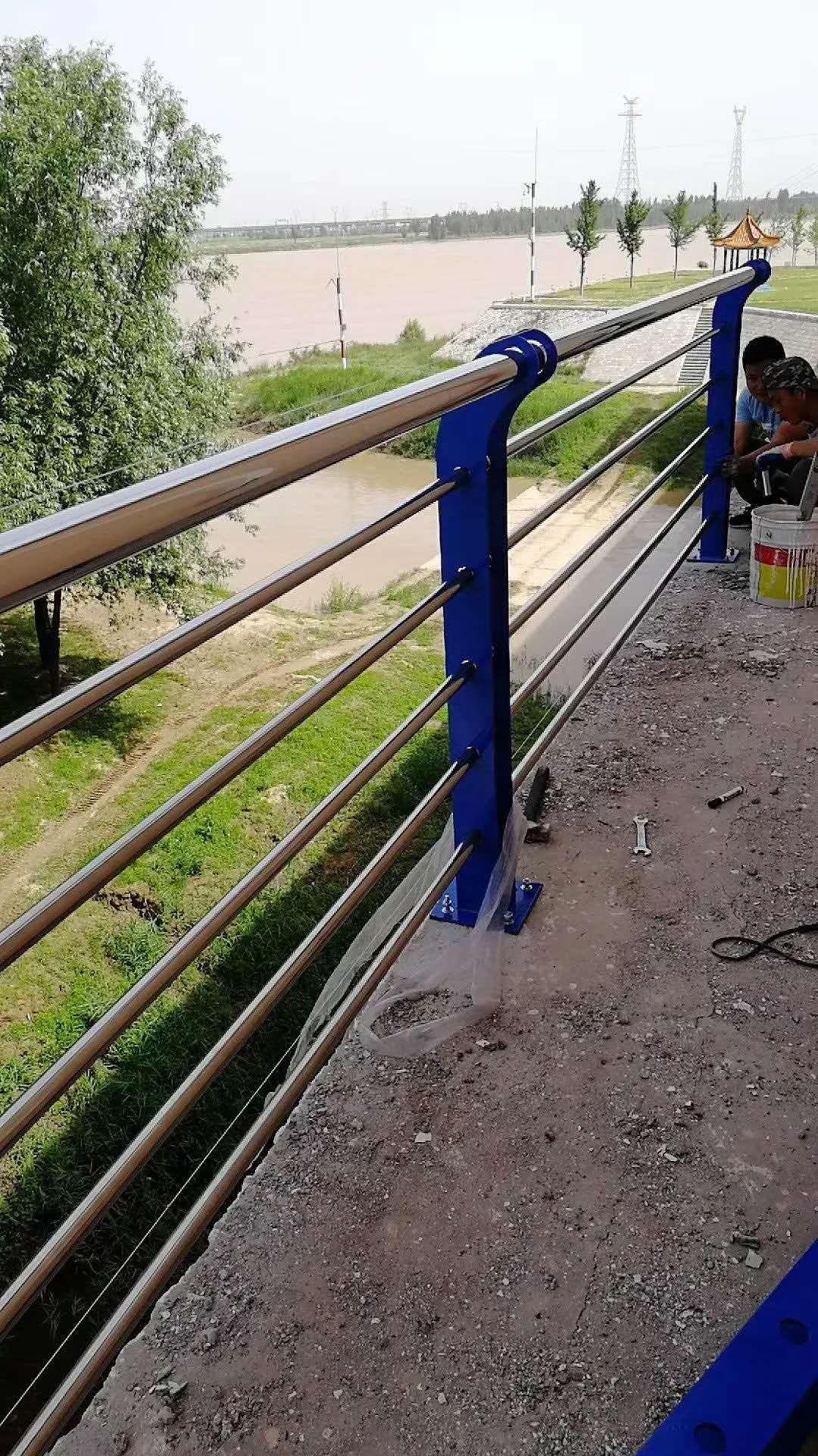 阳江不锈钢碳钢复合管栏杆厂