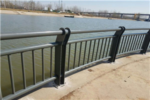 上饶不锈钢复合管桥梁护栏厂家测量工地