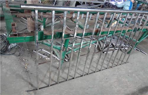 张家界不锈钢碳素钢复合管护栏厂家地址
