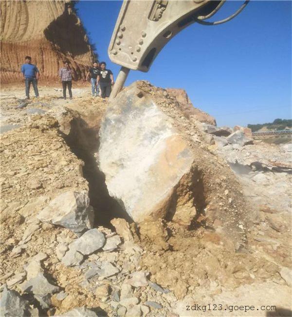 青海坚硬岩石挖机炮锤打不动怎么破碎石头