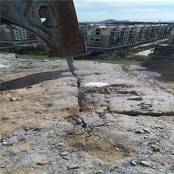 石家庄灵寿石灰石开采取代放炮破碎锤的机器