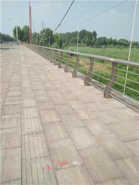 阿坝不锈钢复合管景观护栏设备精良