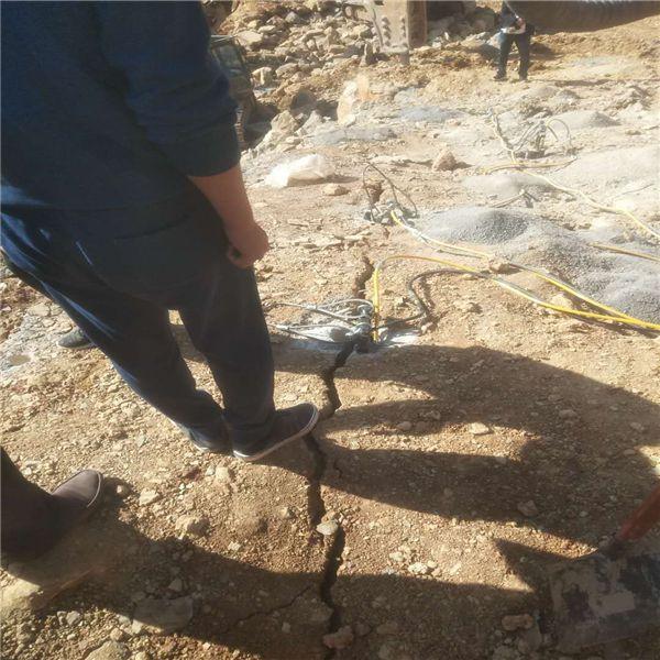 廊坊修建道路遇到非常硬石头用劈石机
