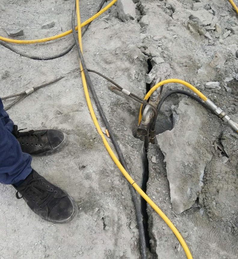 五河拆除基坑石頭液壓靜爆棒分石機