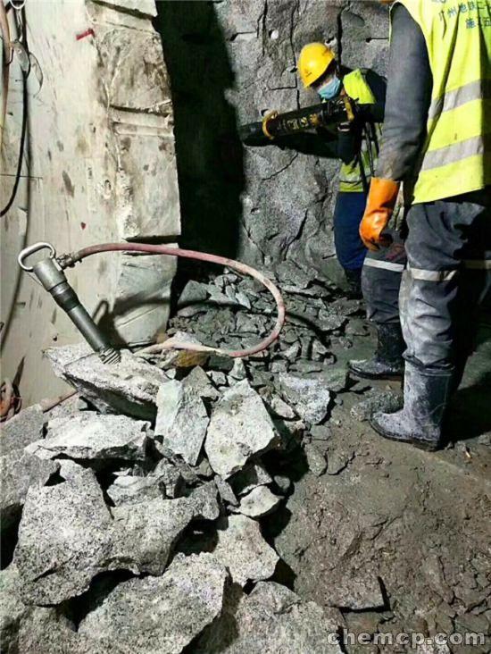 西藏山拆除石头替膨胀剂机器一拖六多少钱一套