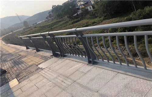 黄冈人行道护栏临街护栏展翼金属