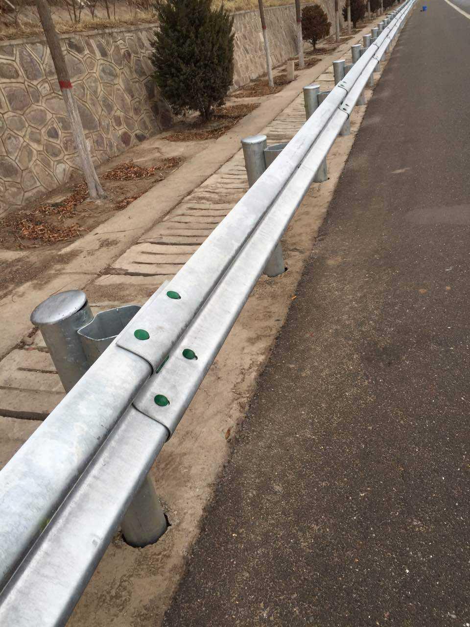 海达直销厦门预埋套筒式波形护栏/路侧双波形防撞护栏