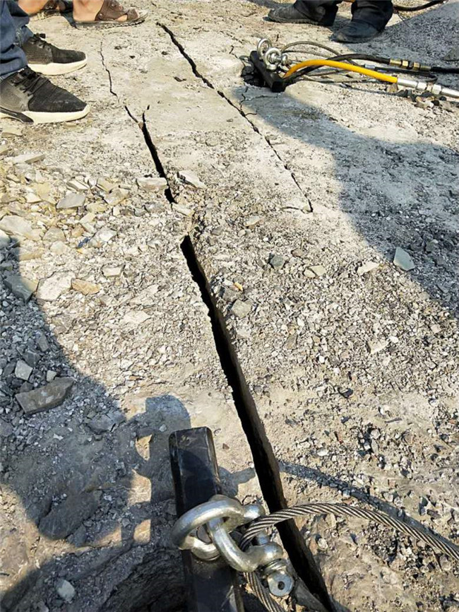 安徽省黄山市徽州区石头的机器开山机破裂机