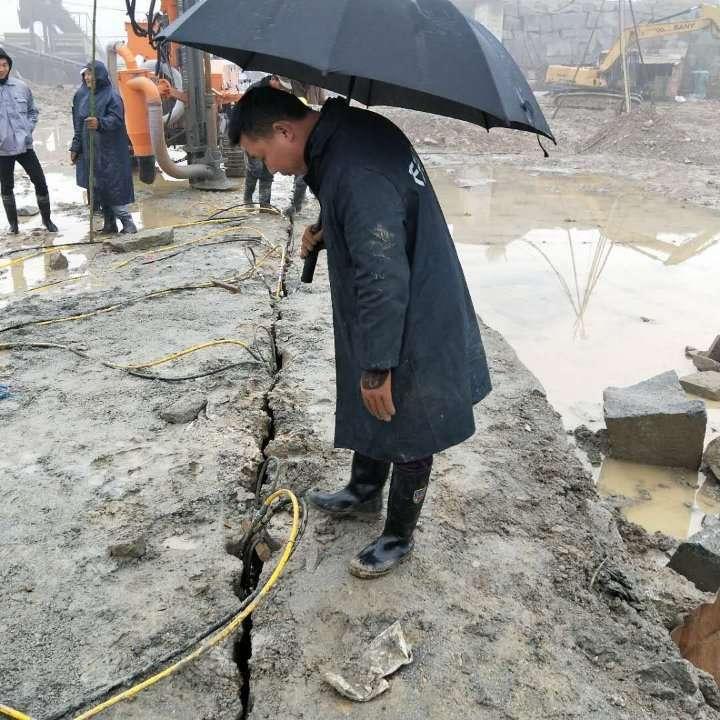 淮上采石場開挖開破石頭做石子比破碎錘產量高的機器