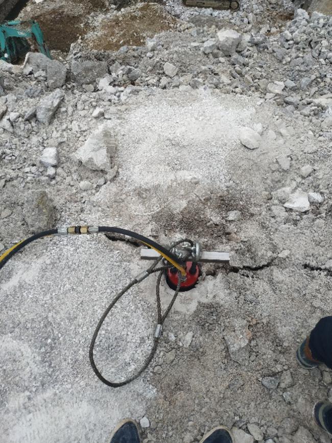 江西省挖机液压岩石劈裂机开一方成本多少