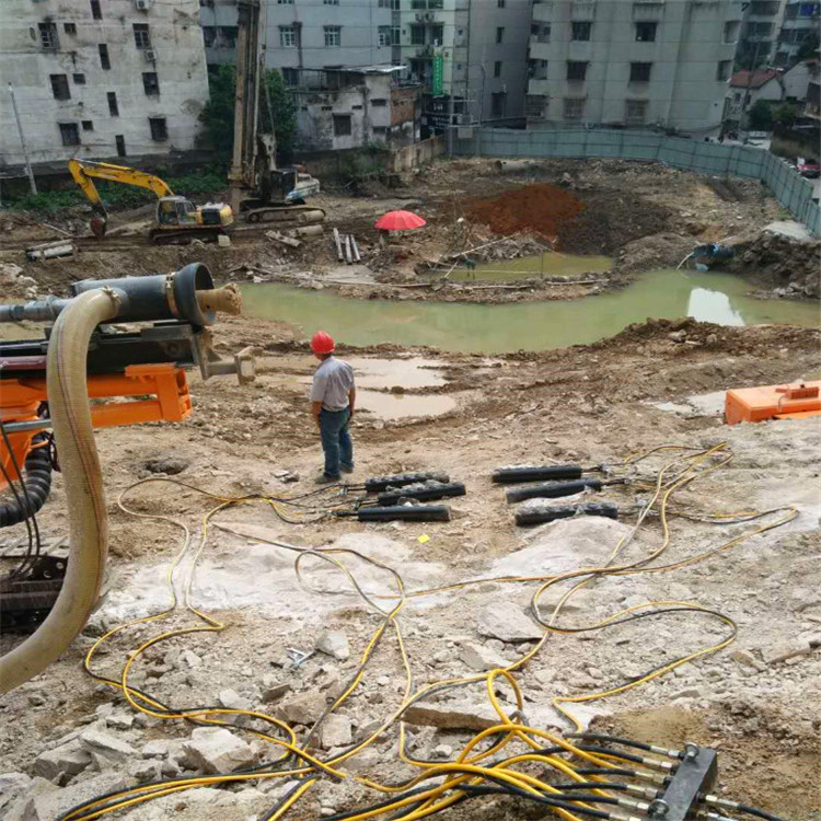 山东郯城修水库挖石头大型挖机静态破石机哪里买巷道开采