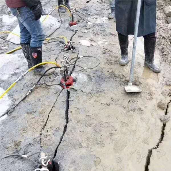 黑龙江钩机产量太低凿石头开采方案破开石块设备