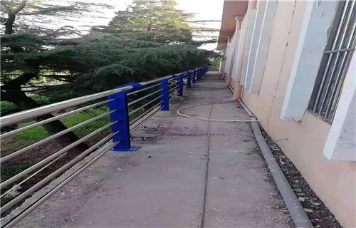 西藏不锈钢河道护栏美观大方