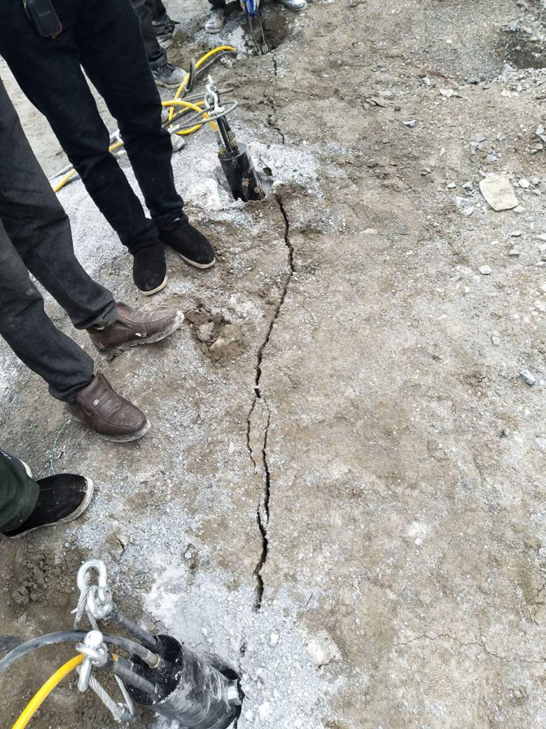 天津:涵洞掘进遇到岩石太硬劈裂机
