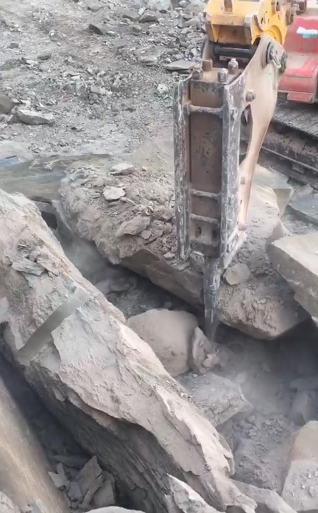 天津:方解石开采劈裂机野外施工