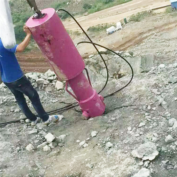 阿坝打井遇到岩石怎么办 静态液压劈石机