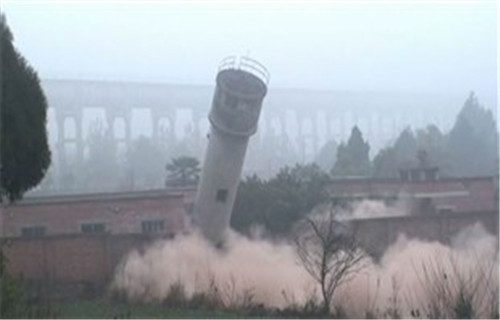 临沂30米砖烟囱拆除施工新闻早报