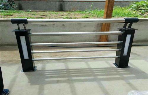 西宁不锈钢复合管护栏市场行情-【聚宜兴】不锈钢复合管护栏坚固耐用
