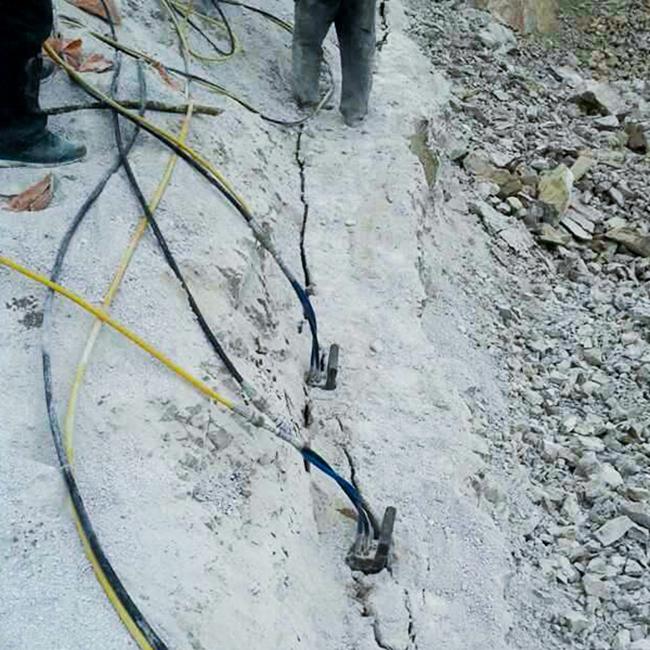 贵州采石场石头太硬打不动用液压劈裂棒