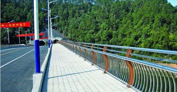 山东桥梁灯光防撞护栏款式就是洋气