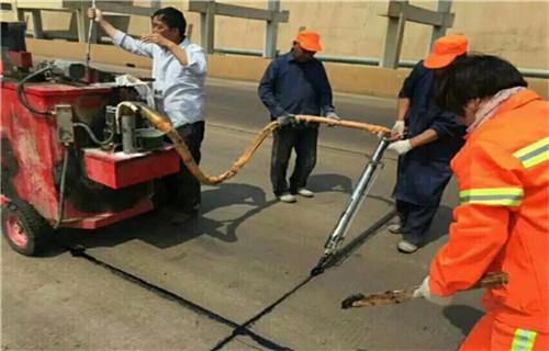 新闻;辽宁路面灌缝胶——冬季裂缝养护效果好