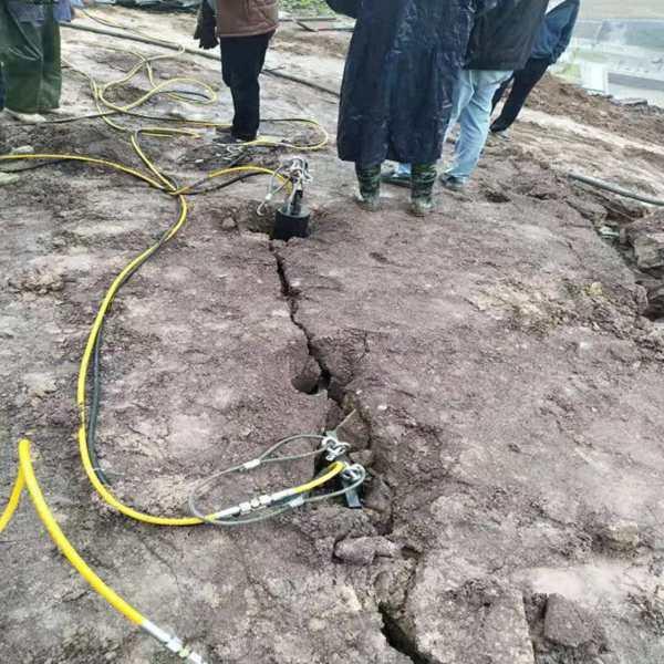 贞丰:挖沟渠破除硬石头设备公路扩宽拆除