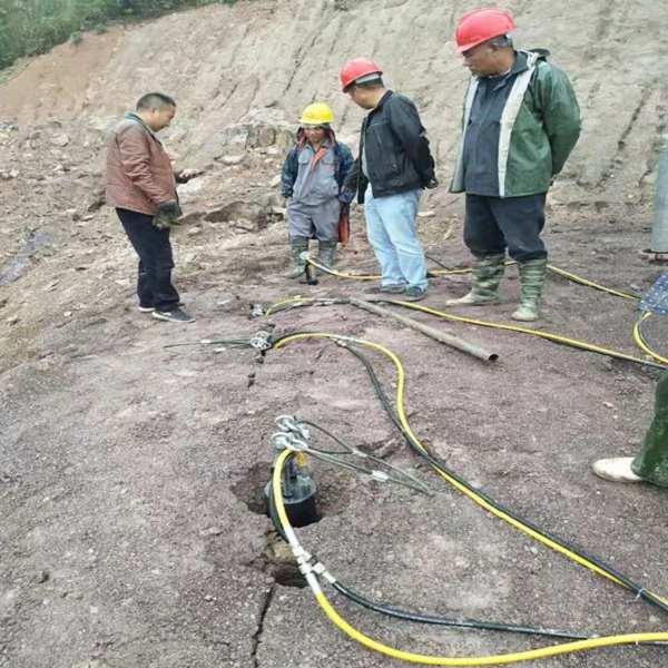 北京:挖沟渠遇到硬石头施工设备