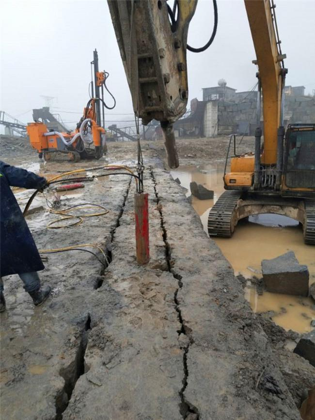 福建省漳州市开山破石头用什么设备愚公斧劈裂机劈裂棒生产厂家