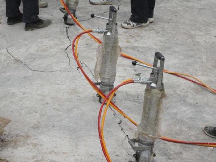 安庆市矿山开采石头用劈裂机破石速度快