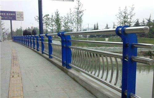 阿坝市理县桥梁防撞栏杆-喷塑碳钢护栏价格