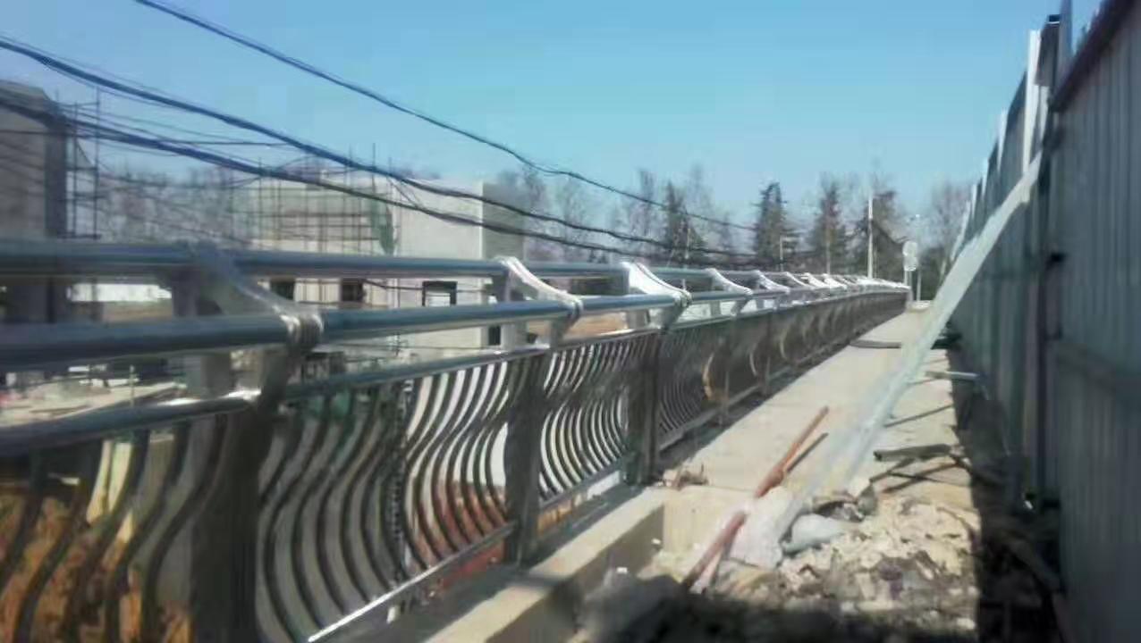 马鞍山304不锈钢河道防护栏杆制造厂家