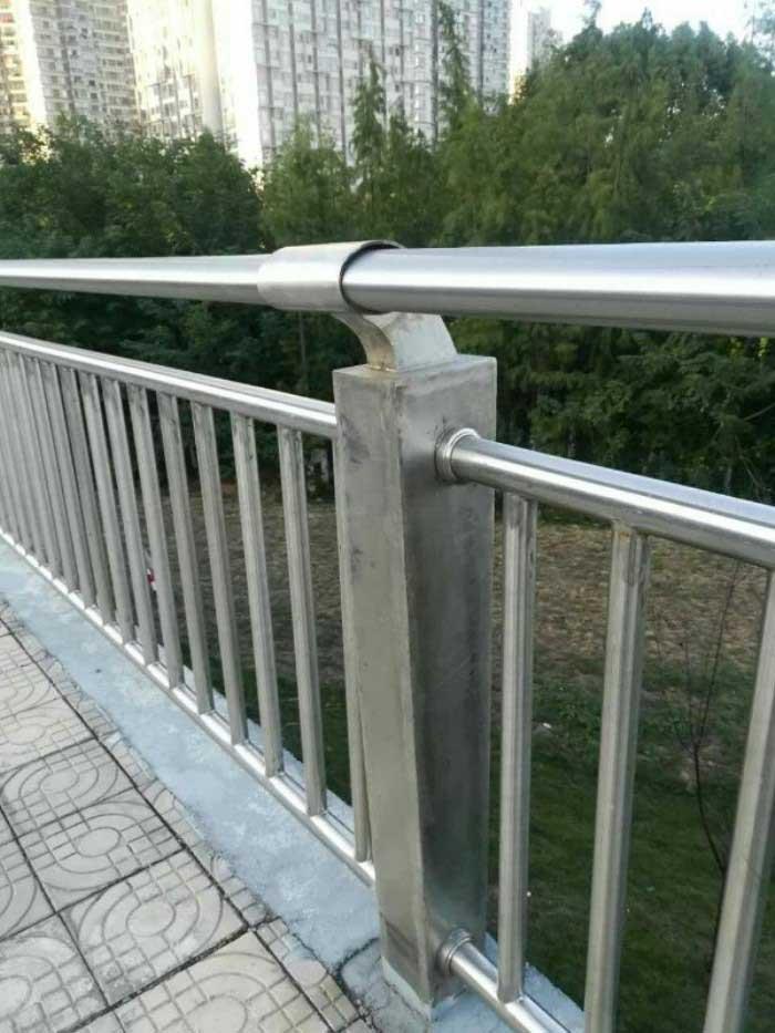 防撞护栏价格多少钱一米驻马店桥梁护栏钢护栏定制