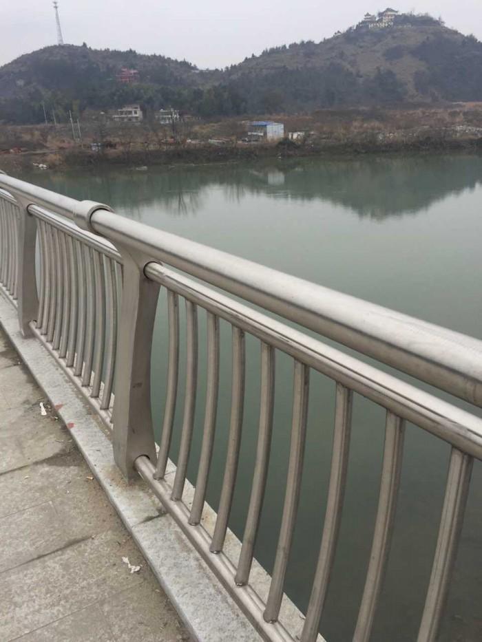 不锈钢防撞立柱驻马店桥梁防撞护栏