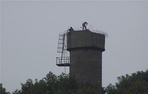 海南要闻:45米报废锅炉烟囱拆除