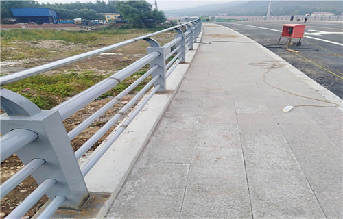防撞护栏:黄冈304复合管河道护栏年底大回馈