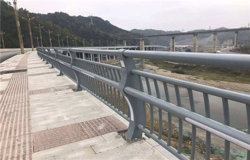 惠州Q235钢板立柱护栏价格