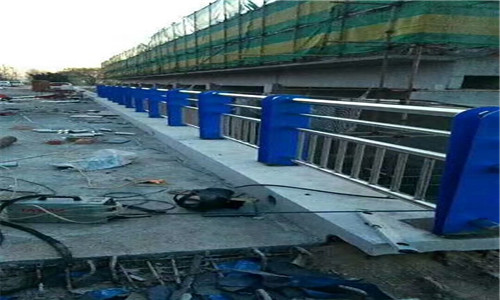 耐用:乌兰察布桥梁防撞支架防锈美观大方