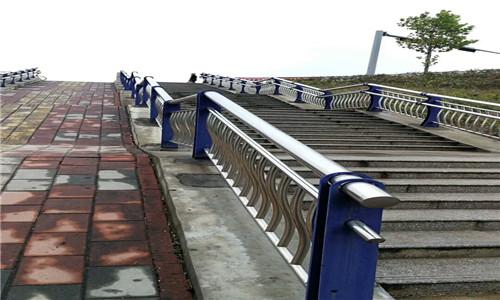 耐用:景德镇双金属复合管护栏性能稳定