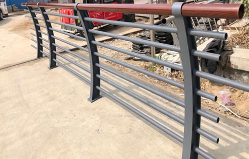 驻马店河段防撞栏杆立柱安装过程