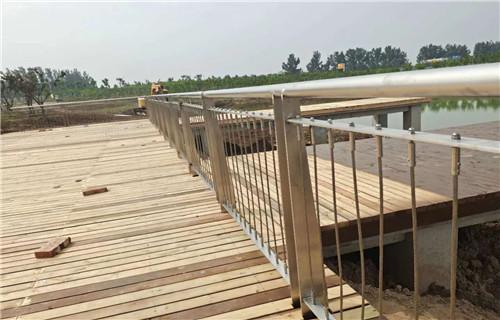 济南304桥梁两侧灯光护栏施工灯光护栏安装多少钱铸造石护栏安装施工