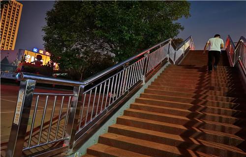 德州桥上的防撞护栏怎么安装