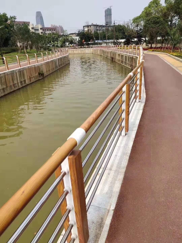 内江中央防撞护栏款式多样化
