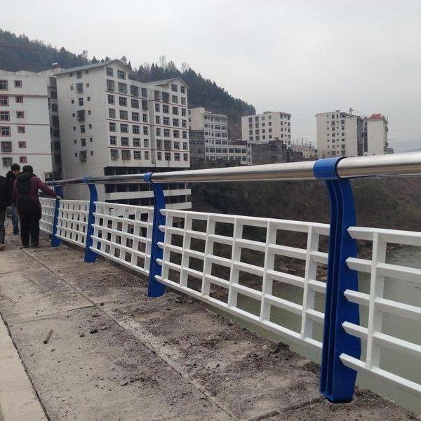 济南钢背木护栏多年经营经验